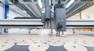 Посмотрите, как изготавливаются футеровки из ПТФЭ для производства шлифовальных кругов.